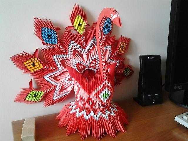 последнее время популярно модульное оригами, как этот лебедь