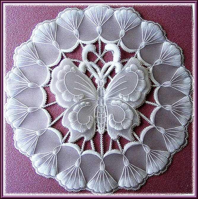 бабочка, вырезанная из бумаги в технике пергамано