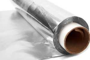 Чем опасна алюминиевая фольга при хранении продуктов