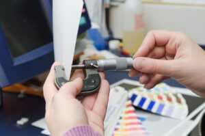 толщиномер для бумаги помогает определить ее плотность