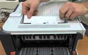 осторожно вытаскиваем бумагу из лазерного принтера
