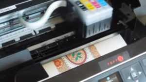 как печатает струйный принтер со съедобными чернилами