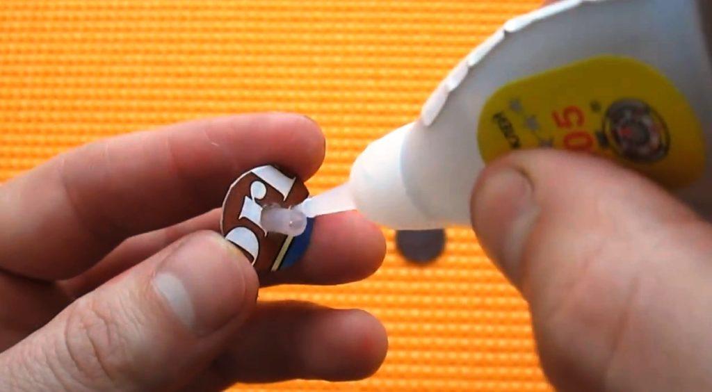 необходимо надежно закрепить пластиковую трубочку с бумажным кружочком