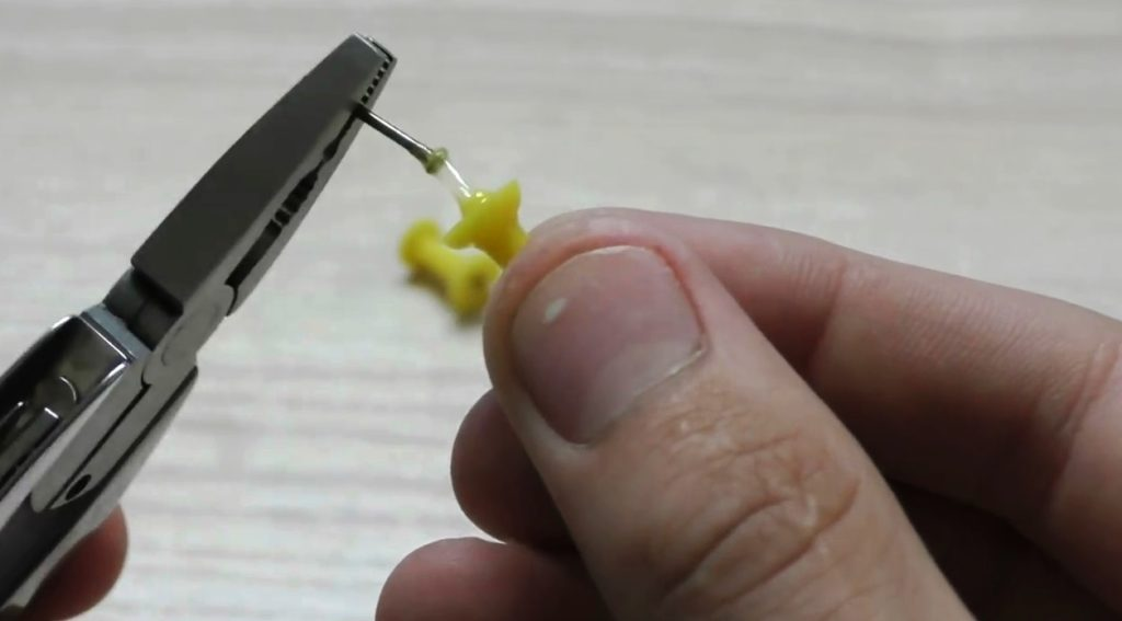 используем канцелярскую кнопку для создания оси вращения спиннера