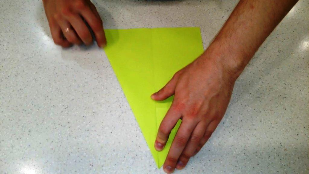 снова складываем самолет по оригами