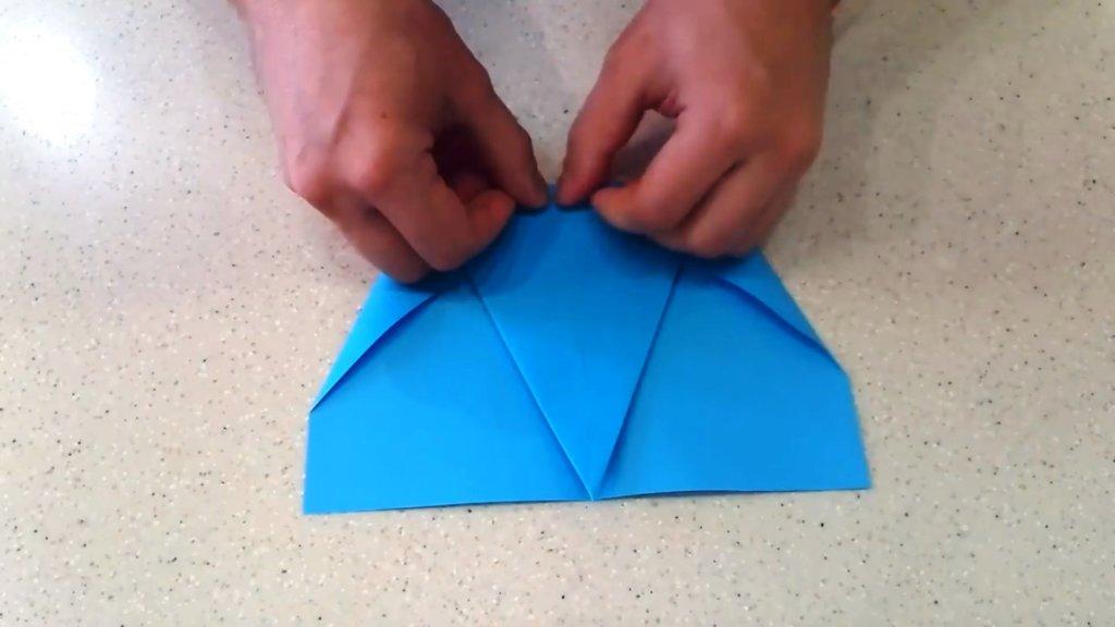 загнуть другую часть самолета из бумаги