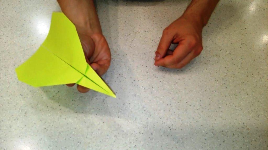 самолет из бумаги почти готов