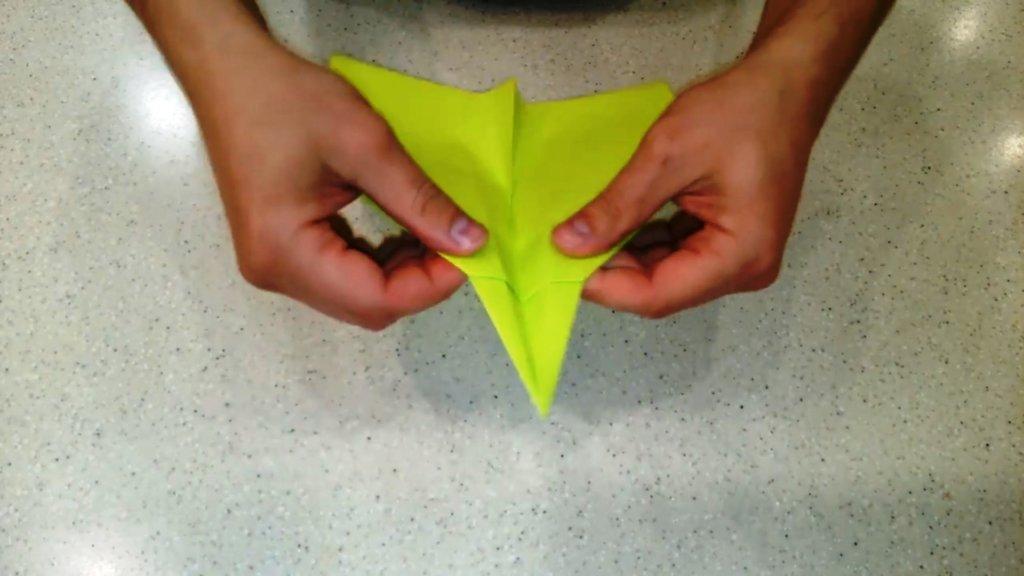 выгнуть хвост на верх самолета из бумаги