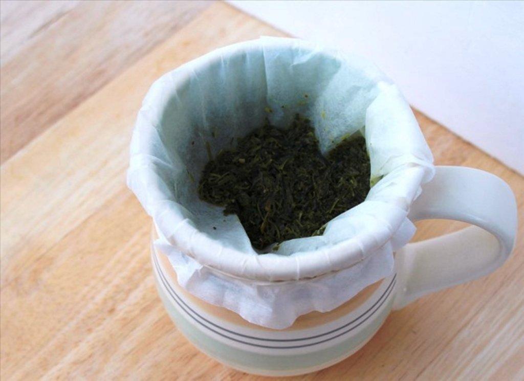 бумажное полотенце применяется в качестве сита для чая или кофе