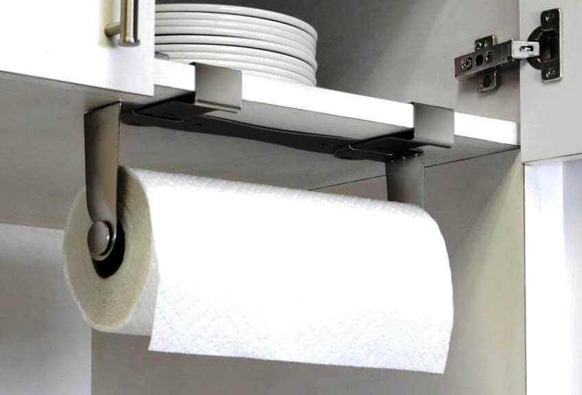 рулонные бумажные полотенца висят на кухне