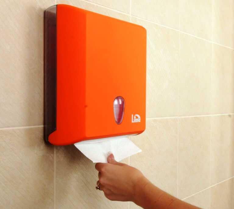 диспенсер для бумажных полотенец на стене