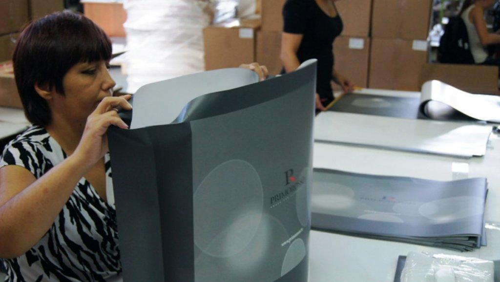 ручной труд при производстве бумажных пакетов очень востребован