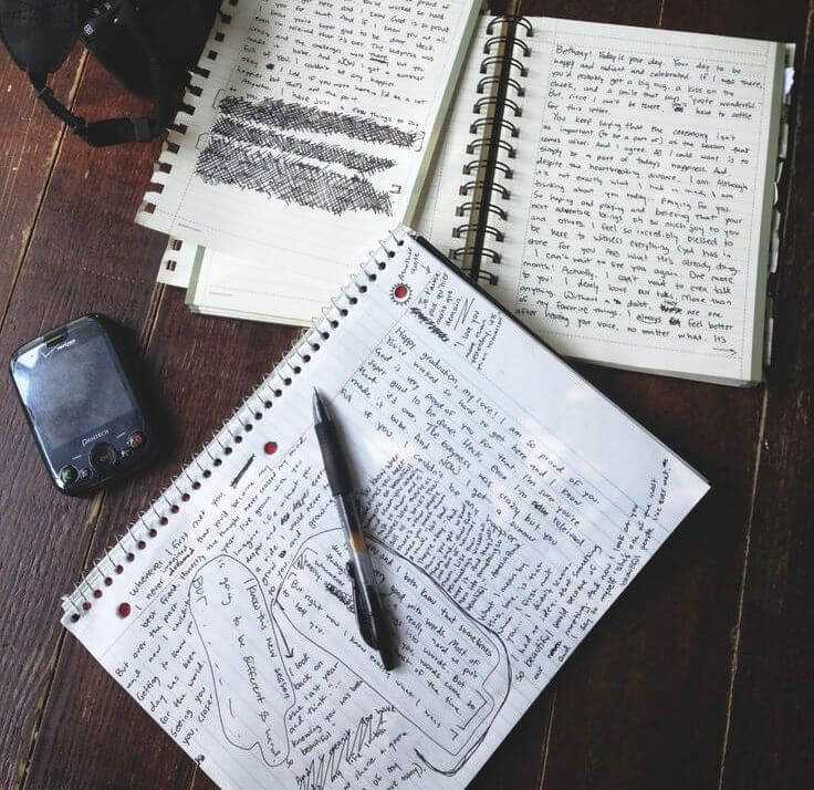 пишем в блокноте в технике фрирайтинг для самопознания