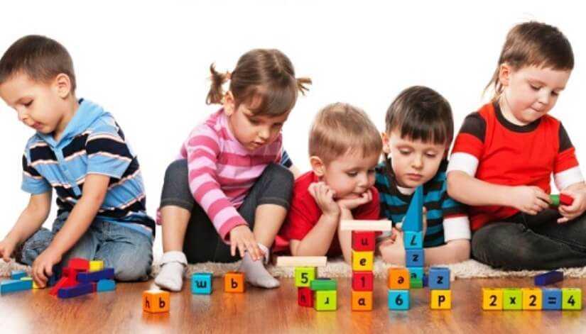 дети дома занимаются игрой в кубики