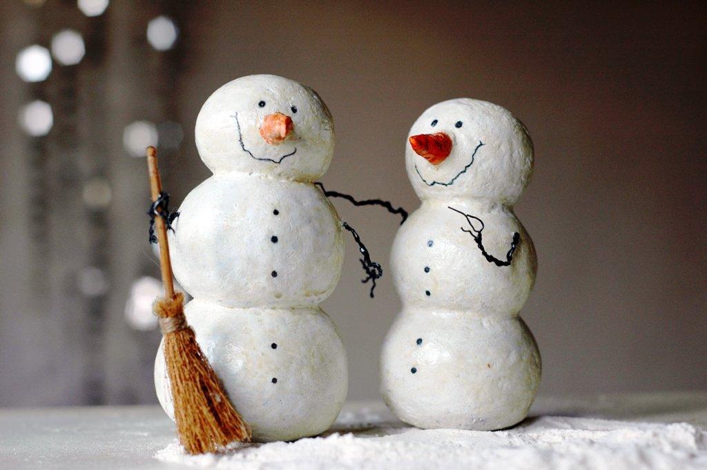 papier-mâché snowmen make wonderful