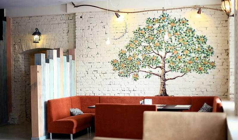 апельсиновое дерево на стене в гостиной
