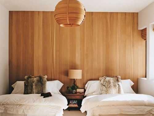 деревянная стена в спальной комнате
