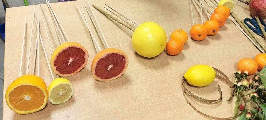 фрукты, насаженные на шпажки для фруктового букета