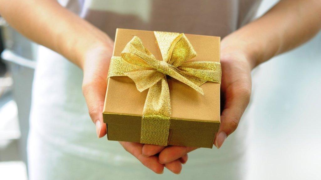 завязать бант на подарочной коробке можно своими руками