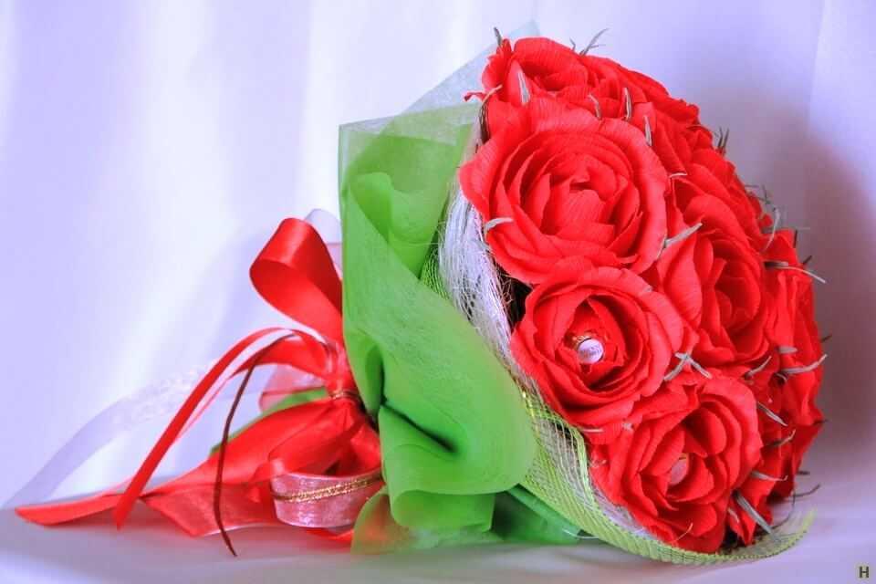 красивый букет из гофрированной бумаги с красными розами