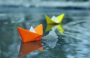 Как сделать красивый бумажный кораблик для детей своими руками